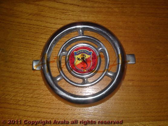 """Auto oznaka """"Abarth"""" na veznom limu stari tip aluminijumska *0804751*"""